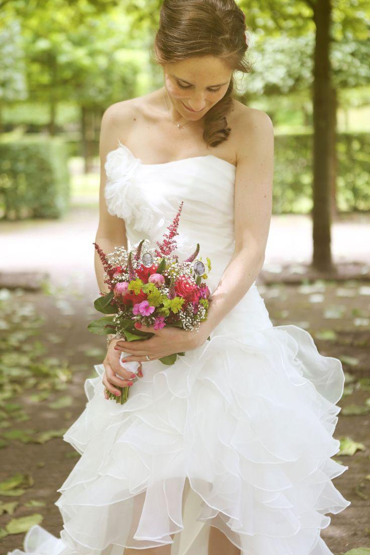 Donkerroze en rood in het boeket..klassiek en tijdloos...#trouwboeket #bruidsboeket #huwelijk #bruidsbloemen #corsage