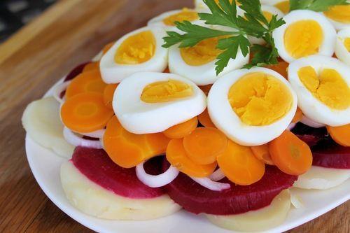 Nutritiva ensalada de vegetales hervidos con huevo (RECETA)
