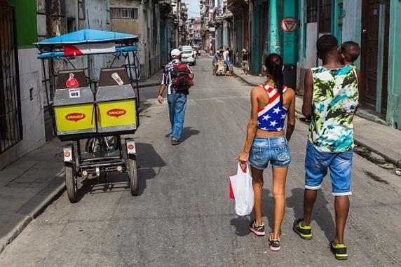 una mujer cubana luce una camiseta con la bandera estadounidense