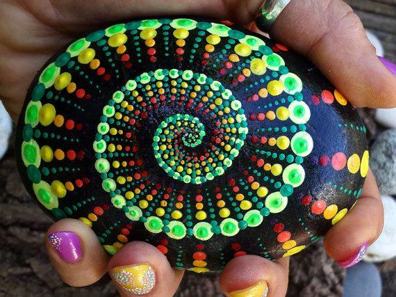 Guijarros pintados colorido arte punto Mandala por YuliaArtDots