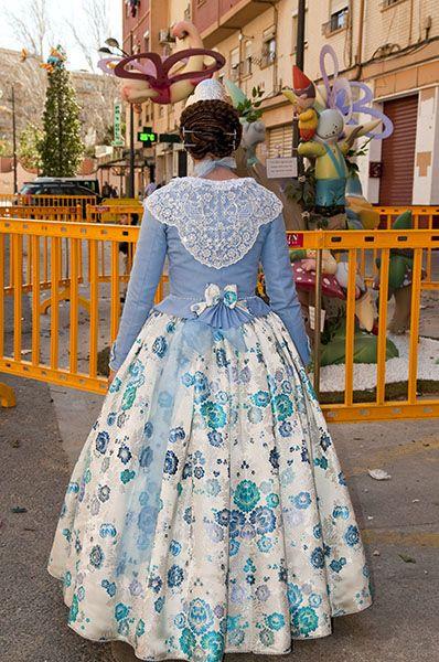 Detalle de la parte trasera del vestido a dos colores