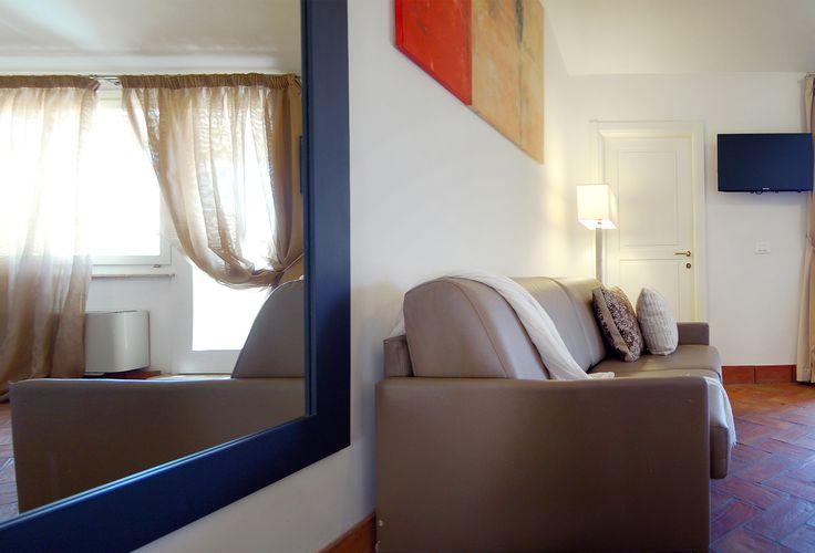 """Navona Luxury Apartments, Appartamento Deluxe, con 1 Camera da Letto e 2 Terrazze – Ultimo Piano, situata al piano attico, è un appartamento lussuoso e raffinato di circa 40 mq, con terrazze private attrezzate al relax con affaccio su una tipica piazzetta da una parte e sui tetti di Roma dall'altra. Dotata di ogni comfort, dispone di una camera da letto con letto matrimoniale, soggiorno con divano letto matrimoniale (2posti), bagno con doccia, 2 TV 32"""", angolo cottura attrezzato."""
