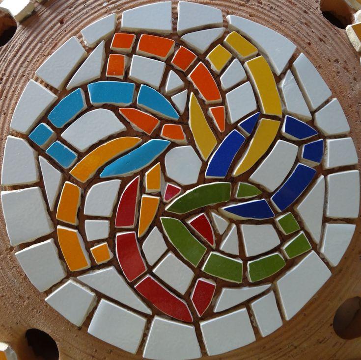 Olhei esta luminária e pensei em como ficaria bonita coberta de mosaico. Então decidi fazê-la, o destino deverá ser o pátio aqui de casa.  E...