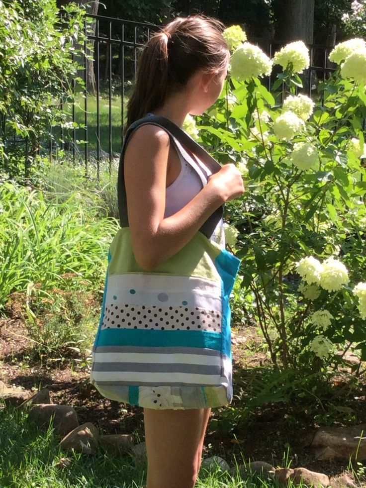 Julia in the garden with her bag PIANISTA, inner side