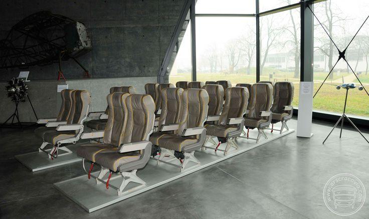 Podesty z oświetleniem pod fotele, stojaki opisowe eksponatów, obłożone anodowaną blachą aluminiową grubości 1 mm.