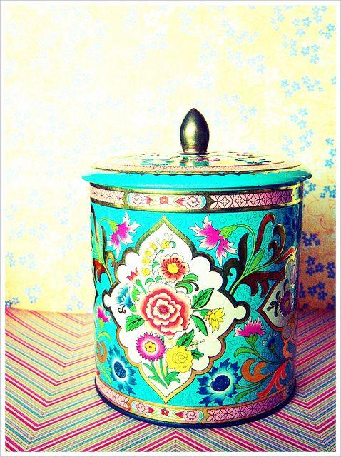 Vintage turquoise tin...wish this was mine!!