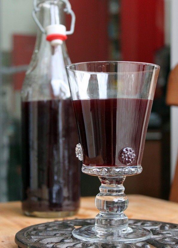 Hypocras  2 bouteilles de vin rouge (1,5 l)  150 g de miel  150 g de sucre en poudre  2 jus de citron  3 cuillères à soupe d'eau de fleur d'oranger  un morceau de gingembre frais (50 g)  2 tours de moulin à poivre  une belle pincée de muscade râpée  6 graines de cardamome  8 bâtons de cannelle  4 clous de girofle