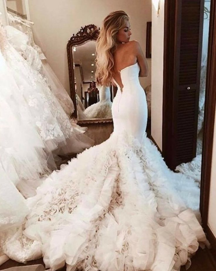 187 vind-ik-leuks, 5 reacties - Wedding Dresses Gallery (@weddingdressesguide) op Instagram: 'Up next is a wedding dress inspiration that caught our attention. Especially adore the feathery…'