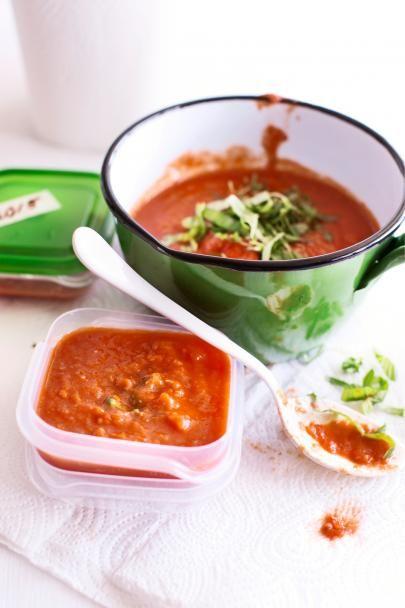 Osta kerralla kunnon satsi tomaatteja ja muhittele ne vahvaksi kastikkeeksi! Pakastettava tomaattikastike on kätevä pakastaa kerta-annoksina ja käyttää pizzoihin ja pastakastikkeisiin.