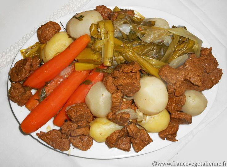 Dans sa version végétalienne, le pot-au-feu a le choix entre divers simili  carne mis à mijoter dans un bouillon avec des légumes et des herbes.  Pour la viande végétale, nous proposons notre seitan foncé. Le bouillon  doit être riche en légumes (carotte, poireau, oignon notamment) mis à  mijoter entiers ou coupés grossièrement.  On le sert en compagnie de jolies petites choses : cornichons, oignons  marinés au vinaigre, gros sel, moutardes variées, mayonnaise végétale,  raifort, etc…  …