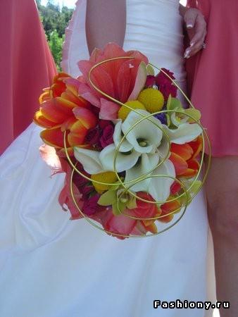 62.jpg (338×450)Weddingbouquets Bridalbouquet, Coral Purple Gold Wedding, Bridal Bouquets, Wedding Bouquets, Spring Wedding, White Bouquets, Flower Bouquets Etc Etc, Coral Dresses, Bright Colors