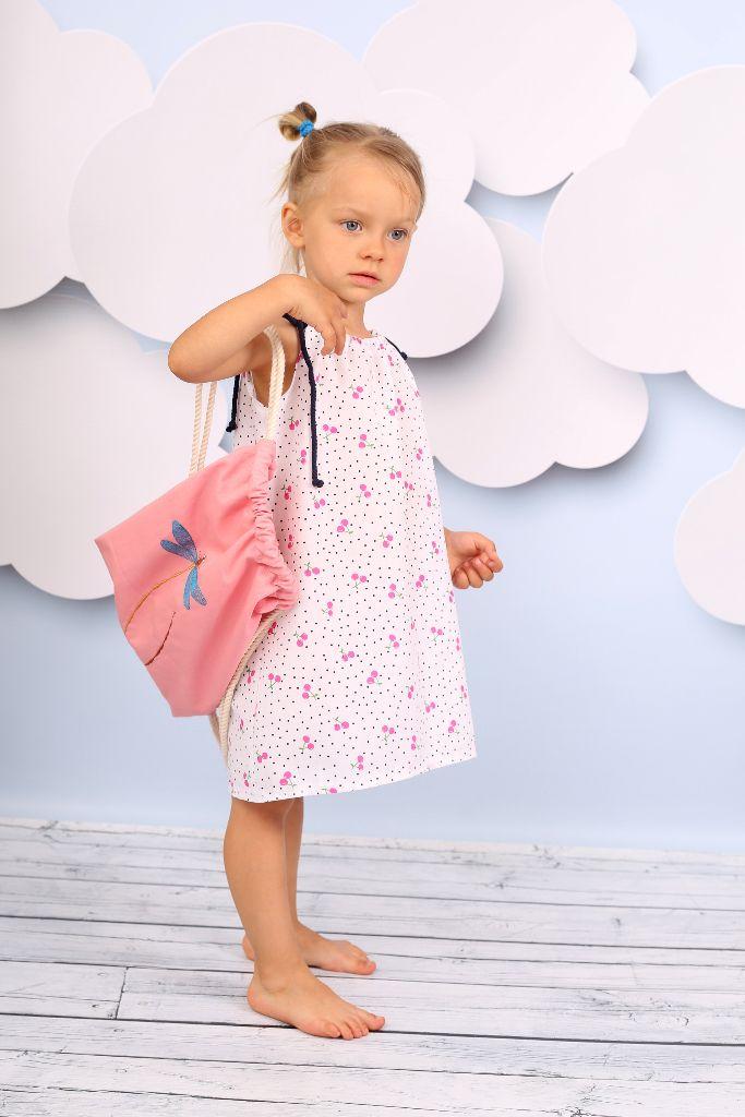 Peppi Rose / Sukienka  Przewiewna sukienka w różowe wisienki wykonana z przwiewnej, wysokogatunkowej bawełny, fason lekko rozkloszowany, na górze marszczona i zawiązywana na sznurki