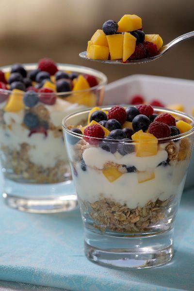 Yogurt con Granola y Berries http://www.hortifrut.com/vaso-de-yogurt-con-granola-y-berries/