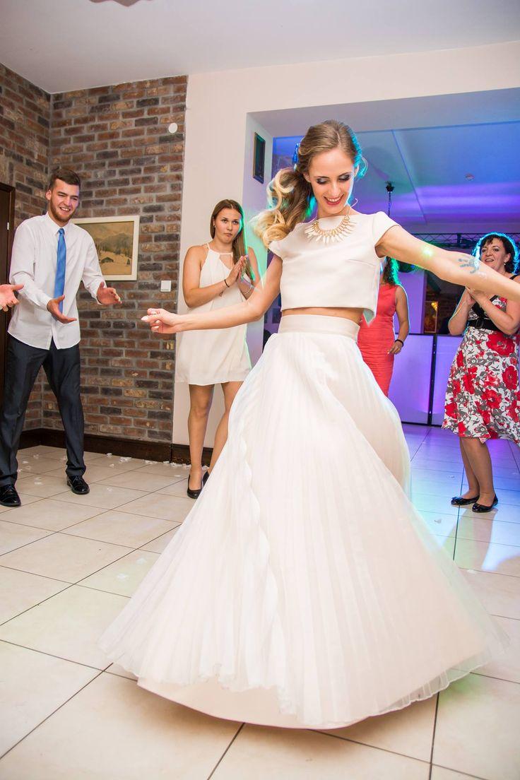 Cudowna kreacja ślubna - dwuczęściowa zakupiona i uszyta w Madleine Poznań w salonie sukien ślubnych. Pięknie się prezentuje na naszej Klientce podczas dobrej zabawy.