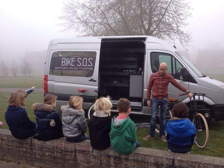 @ODAschool | Groep 3-4 leren van alles over de fiets dankzij @NB S.O.S. Repair & More uit #st-oedenrode | Kinderen enthousiast