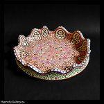 """Shallow bowl, which can also be called """"deep platter"""". Densely painted in contrasting patterns. Płytka misa, którą równie dobrze można by było nazwać """"głęboką paterą"""". Gęsto pomalowana w kontrastowe wzory."""