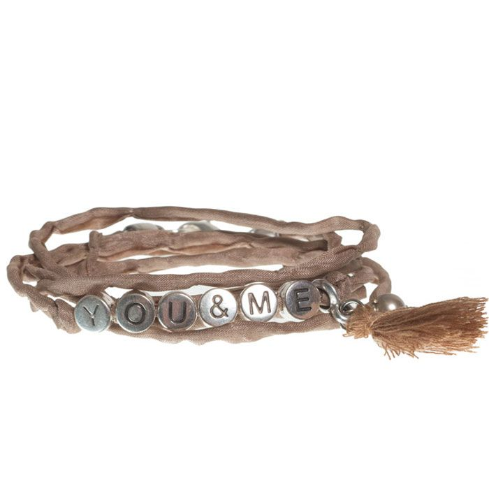 """You & Me"" Wickelarmband mit Seidenband, Buchstabenperlen und Troddel. #buchstaben #buchstabenperlen #namensarmband #wunscharmband #armbänder #bracelets #diyschmuck #schmuckanleitung #schmuckshop #selbstgemacht #jewelrymaking #schmuckdesign #schmuckideen"