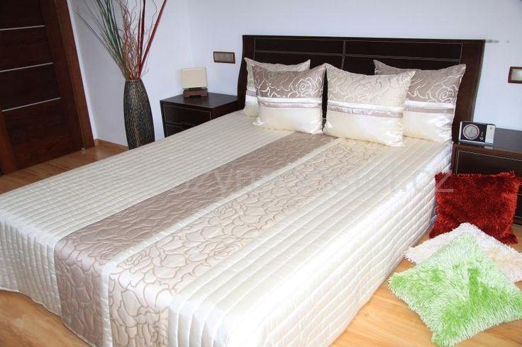 Béžové přehozy přes postel se vzorem