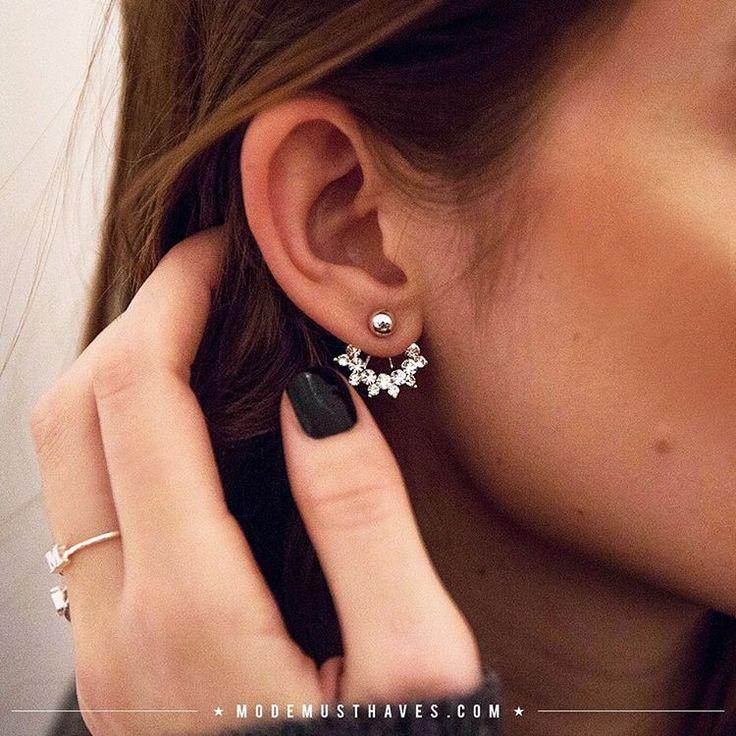 Wauw! Draag je haar in een chique knot of hoge staart om de aandacht nog meer op deze kleine eyecatchers te leggen  #modemusthaves #newcollection #earrings #shine