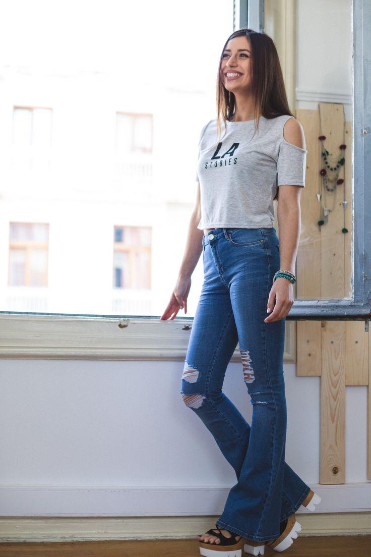 Τζήν καμπάνα μπλέ με σκισίματαστα γόνατα, ψηλόμεση, ελαστική και εφαρμοστή στην εφαρμογή της με τσέπες πίσω. 45,00 €