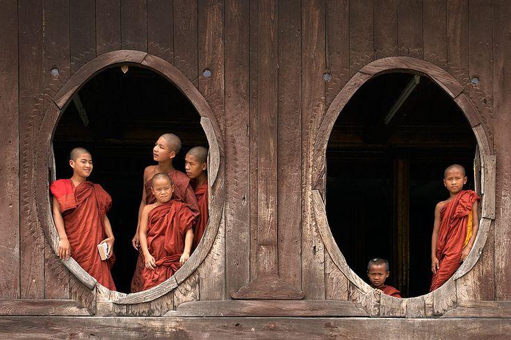 Monjes en las ventanas ovaladas del monasterio Shwe Yaunghwe Kyaung. Lago Inle. Myanmar.  © Inaki Caperochipi Photography