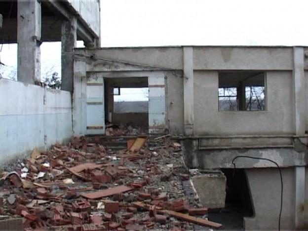 Ţiganii din Dumbrava Roşie şi Roznov au distrus clădirile fostei fabrici de mobila PAMEX, din Piatra Neamţ. Demolarea clădirilor dezafectate s-a făcut în mod organizat, cu buldo-excavatoare şi nu cu ciocanul sau ranga. Pentru a trasa dimensiunile exacte ale fenomenului de distrugere, în plină fază şi pentru a le tăia avântul, poliţiştii locali din Piatra Neamţ au organizat o razie de proporţii, reuşind să reţină 20 de persoane.