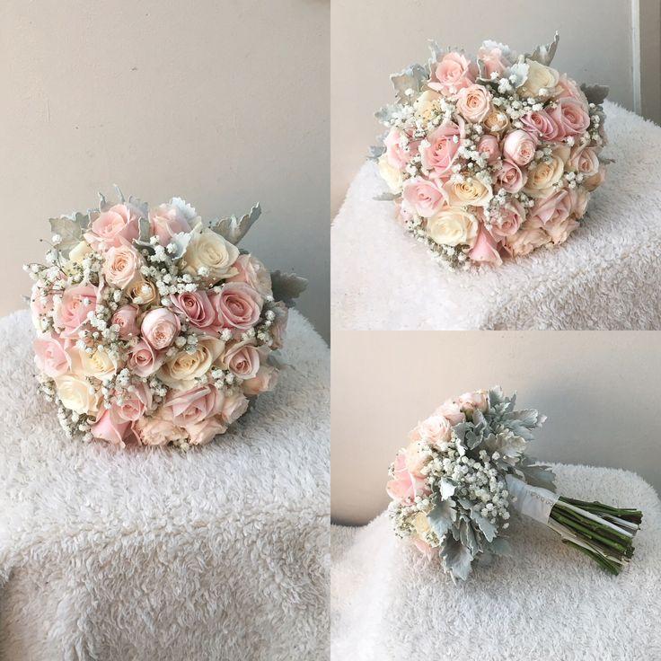 Una mezcla de bouquet rosa, marfil y blanco.