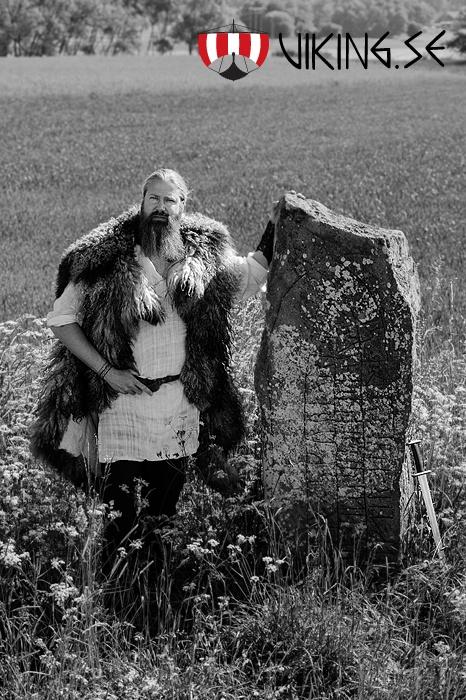 Nolgården i Karleby i Leksberg socken ett par hundra meter väster om Tidan. Av ormhuvudets utformning på denna runsten tror man att den är rest någon gång före år 1010  Tore skorpa reste denna sten efter sin son Kättil och efter Oluv, sin fosterdotter/-mor  Till höger strax utanför bild har det legat två träkyrkor, den äldsta blott 4 x 6 meter stor, byggd omkring år 1050. Efterträdaren byggdes delvis ovanpå sin företrädare, men ställd på en stengrund och försedd med långhus och kor.