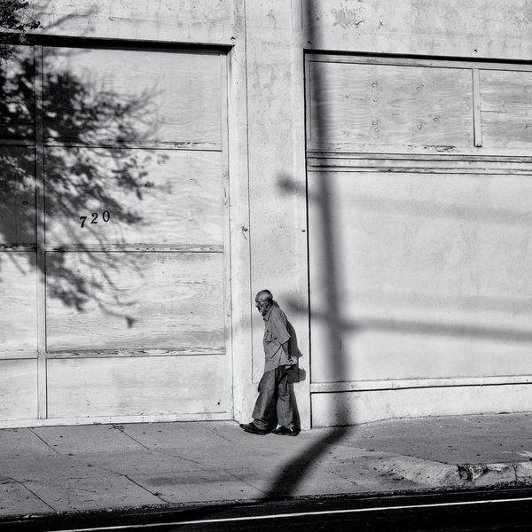 Στο Φρέσνο της Καλιφόρνια, η οικονομική δυσπραγία τονίζεται από την απομόνωση, με ασυνήθιστα υψηλά επίπεδα Λατίνων, Μαύρων και Λευκών να διαχωρίζονται σε «γειτονιές υψηλής φτώχειας.»  (Matt Black / Magnum Photos)