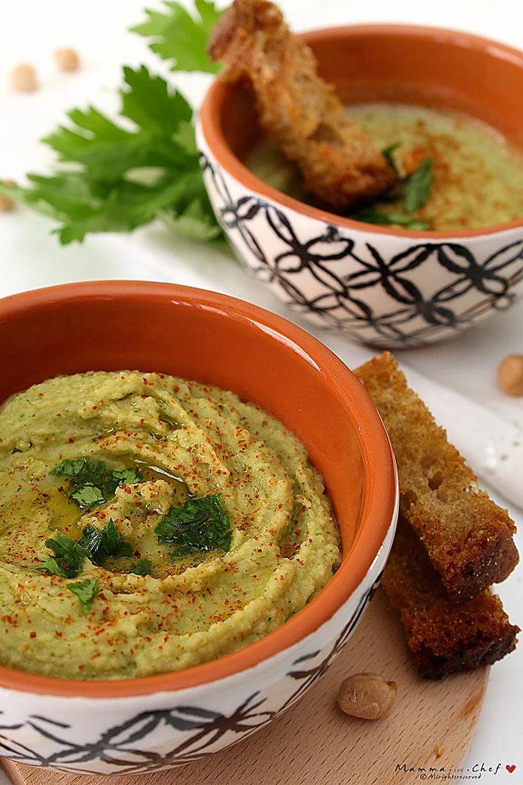 L' hummus di ceci è una crema morbida tipica della cucina Mediorientale, preparata con ceci lessati e tahina, e aromatizzata con succo di limone, olio EVO e peperoncino o paprica.