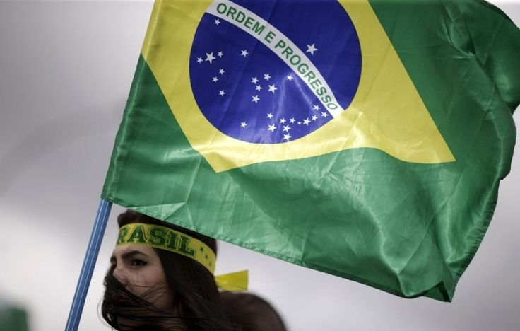 20151213 - Manifestante carrega a bandeira do Brasil durante um protesto pedindo o impeachment da presidente Dilma Rousseff, perto do Congresso Nacional, em Brasília. PICTURE:Ueslei Marcelino/Reuters