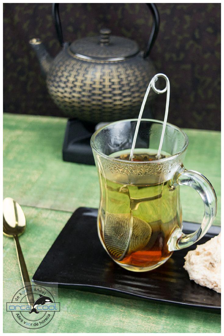 Tea Time... Deze leuke theebeker staat op het langwerpige zwarte tribeca bord. Om het compleet te maken leg je er een gouden lepel bij!