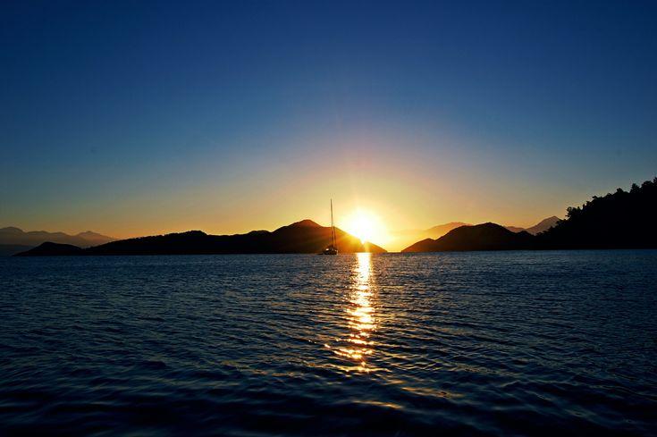 Der Blick in die aufgehende Sonne bei Sarsala-Bay im Golf von Fethiye