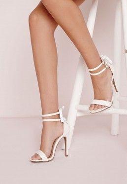 Sandales blanches à talon et ruban