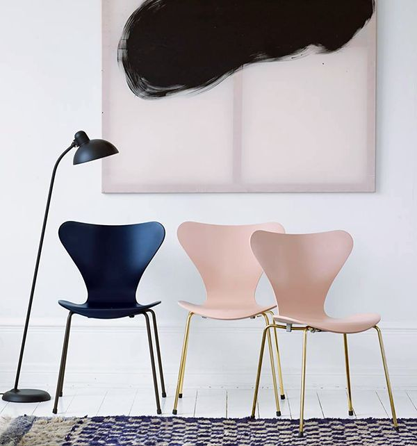 Pour BÉNÉ >> prendre ces deux chaises série 7 Jacobsen, en partant de la gauche (côte à côte)