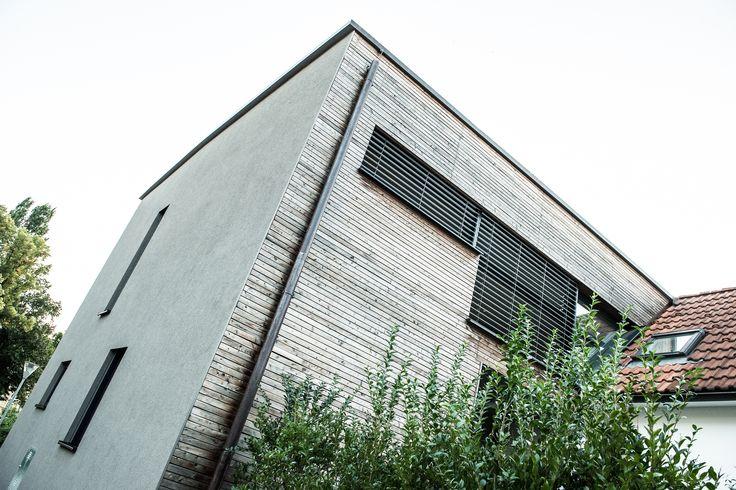 Der Feinschliff einer Fassade sind eben ihre Fenster  Die Fassade dieses Hauses ist bereits atemberaubend aber trotzdem simpel gehalten. Die Fenster geben diesem Haus noch den letzten Schliff. Sie runden das Gesamtbild der Holzfassade mit Holz/Alufenstern ab und geben dem Gebäude die moderne Note.