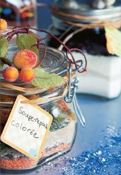 On dépose dans un joli pot, en couches successives, tous les ingrédients non périssables d'une recette. On y joint un mot expliquant le mode de préparation.