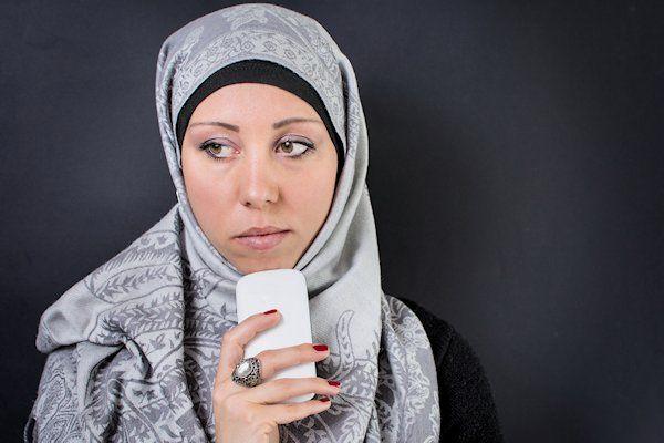 """Uit onderzoek blijkt dat personeelsmanagers nog steeds selecteren op afkomst. Mensen met een buitenlandse naam worden minder vaak uitgenodigd voor een sollicitatiegesprek.De van oorsprong Marokkaanse Fatima El Boudhdini besloot daarom haar naam te veranderen. """"Een heel ingrijpende stap"""", bekent Fatima, """"maar onvermijdelijk als je serieus een baan zoekt. Ik heb er lang over getwijfeld, maar ik ben er nu uit. [...]"""