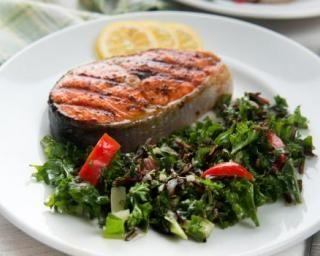 Darnes de saumon grillées et feuilles de kale poêlées au piment : http://www.fourchette-et-bikini.fr/recettes/recettes-minceur/darnes-de-saumon-grillees-et-feuilles-de-kale-poelees-au-piment.html