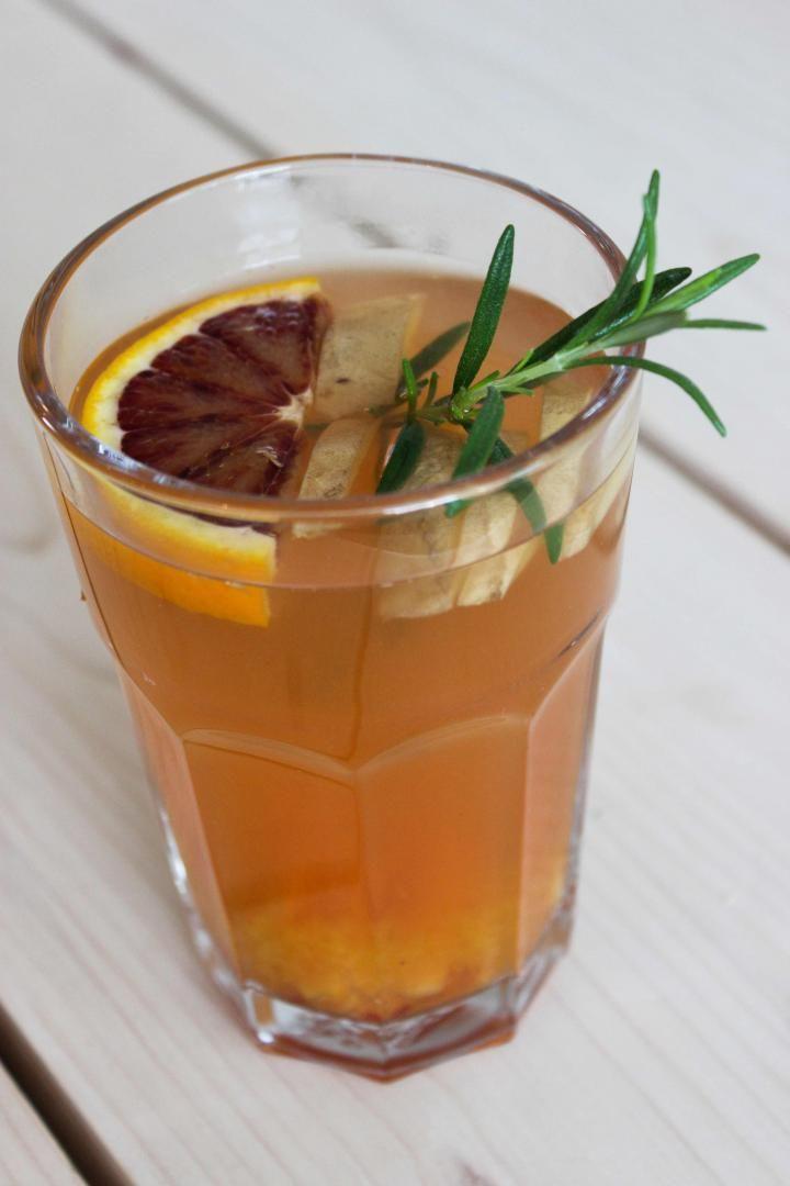Bereiden: Snijd de gemberknol in dunne reepjes en doe een tiental reepjes in een glas. Vul het glas op met kokend water, het sap van een halve bloedsinaasappel en een takje rozemarijn.