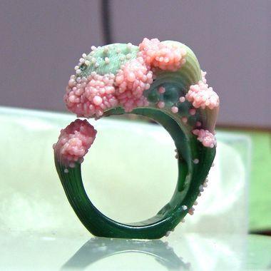 Lost wax casting (Photo: Ornella Iannuzzi Uprising ring in progress) - Cera persa (nella foto il modello in cera di un anello di Ornella Iannuzzi)