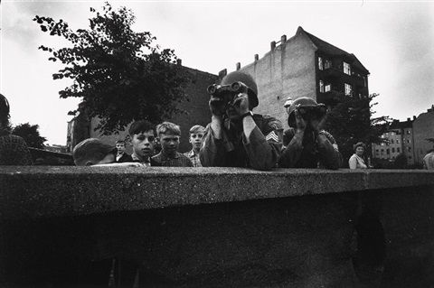 Berliner Jungens und amerikanische Soldaten an der Mauer, Friedrich Str. Berlin 1961 von Will McBride