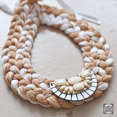 Ожерелье коса из ниток