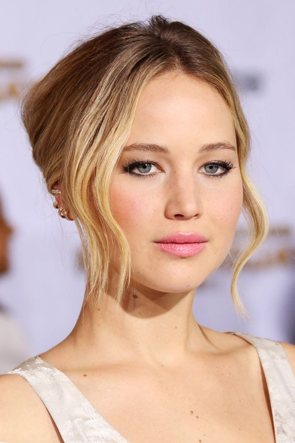 Jennifer Lawrence's bronzed skin and flirty pink lipstick, which she toughened up with some inky black eyeliner