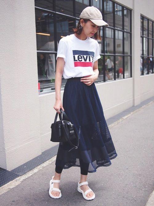 リーバイスのロゴTシャツ初出し お気に入りのミモレ丈のメッシュスカートで合わせました✨ 中の裏地