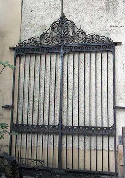Portail en fer forg et fonte id es pour le jardin for Porte jardin fer