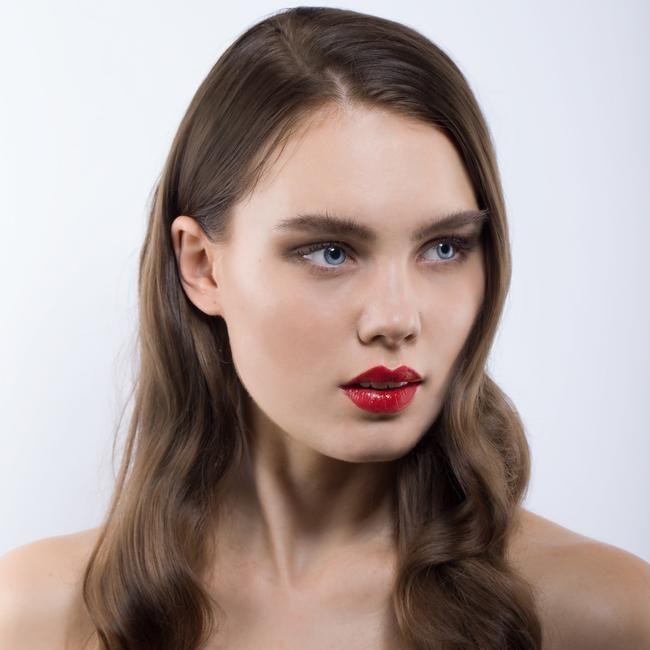"""Der vegane Lippenstift in der roten Farbe """"Aroha"""" von Nui Cosmetics hat ein seidig-glänzendes Finish. Das klassische, neutral bis kühle Rot steht jedem Hautton."""