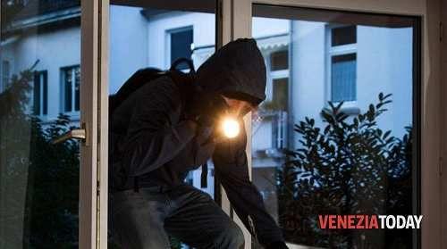 Veneto: Si #sveglia e si trova a tu per tu con il ladro a pochi metri in camera da letto a Mestre (link: http://ift.tt/2odOAgq )