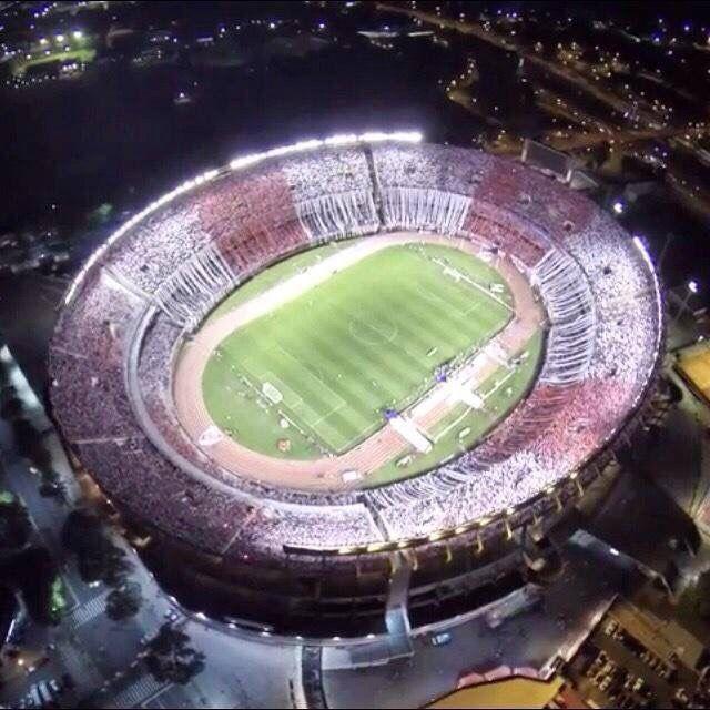 Este es el estadio de Buenos Aires, Argentina. Los equipos jugaron en Buenos Aires. El estadio es muy bonito y grande.