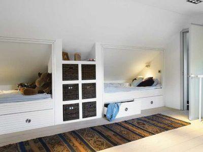Bedstee aan raamkant. Onder stee een uitschuif bed. Bij deur een inbouw hangkast + lades. Zelfde opstelling op Iva's kamer